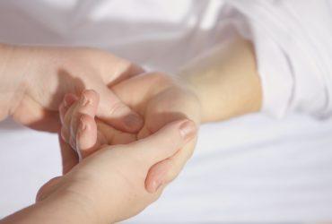 Erwachsener hält Kinderhand