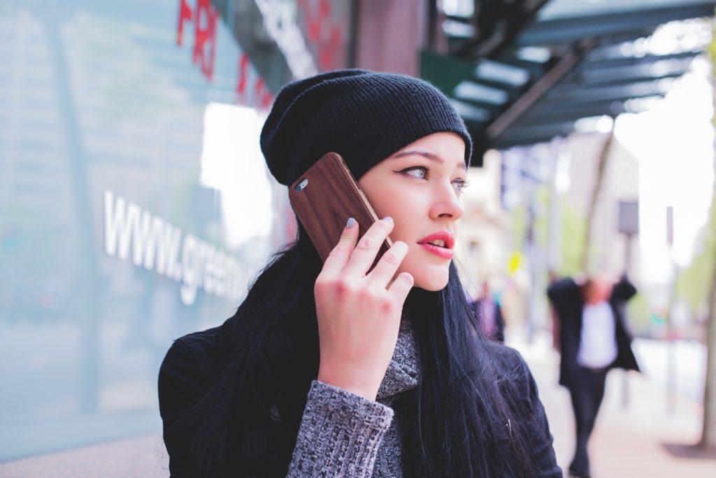 Frau telefoniert mit ihrem Smartphone