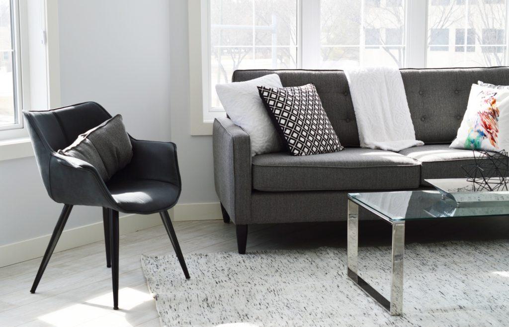 Wohnzimmer mit Sofa und Stuhl