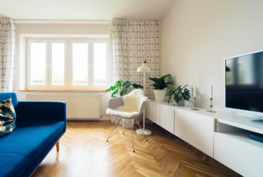 Wohnzimmer mit Couch und TV Gerät