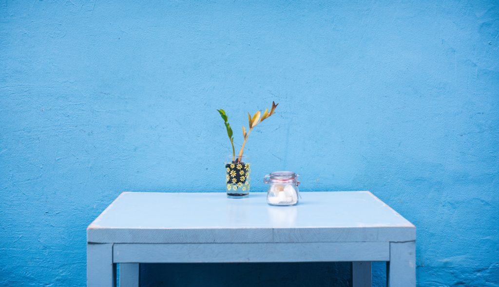 Blaue Wand mit Tisch davor
