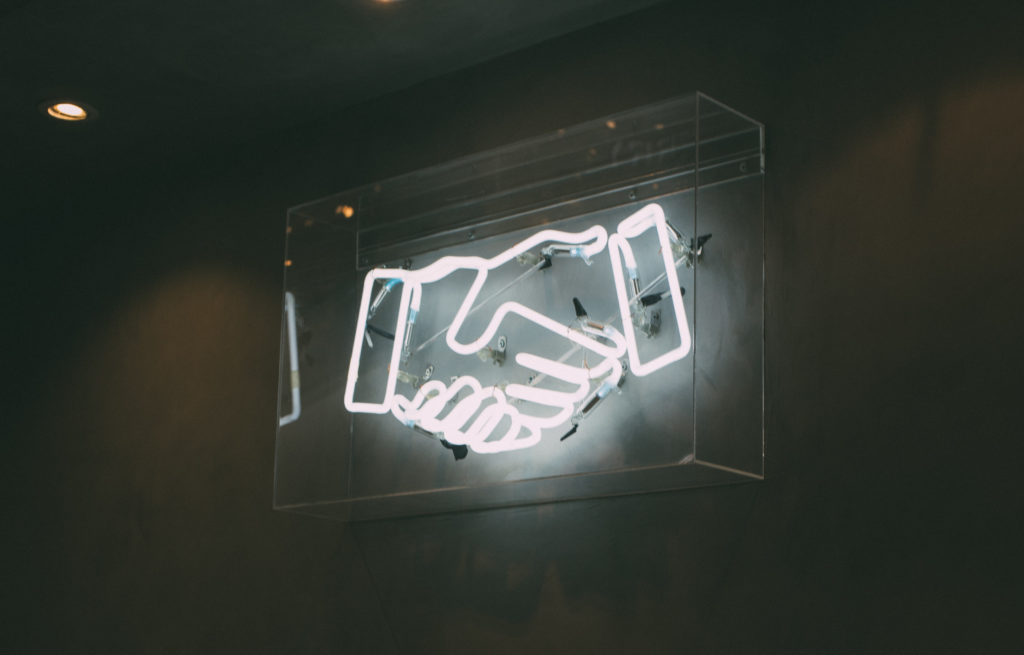 Neonlicht mit zwei Händen