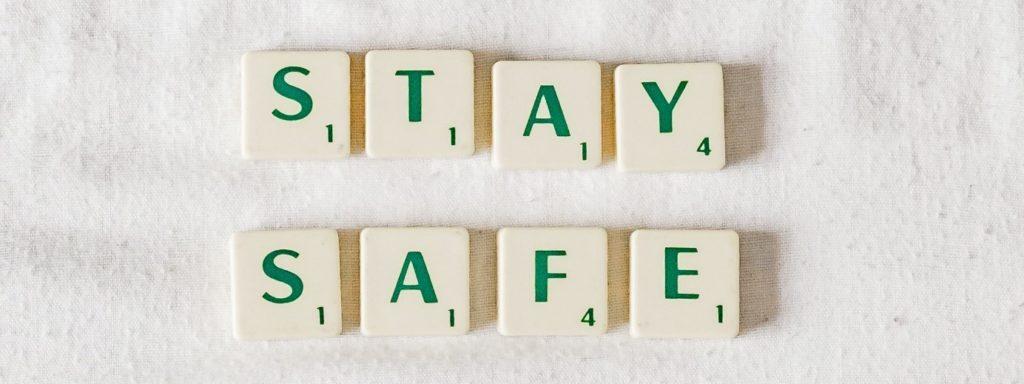 Buchstabentafeln mit den Worten Stay safe