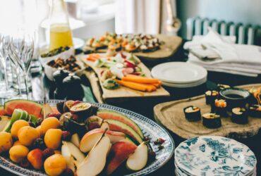 Für ein Frühstück gedeckter Tisch